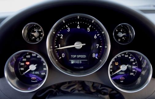 Cuadro de mando de un coche con muchos cronos.