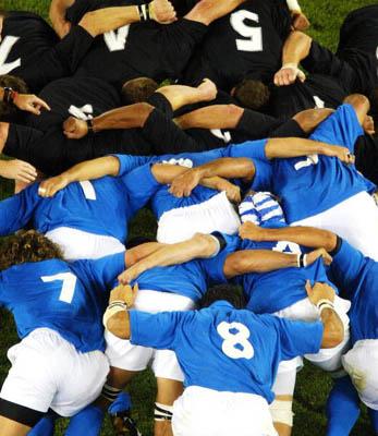 El término Scrum tiene su origen en el ámbito del rugby. El scrum es una manera de reiniciar el juego, rápida, segura e imparcialmente, después de una infracción menor o de una detención.